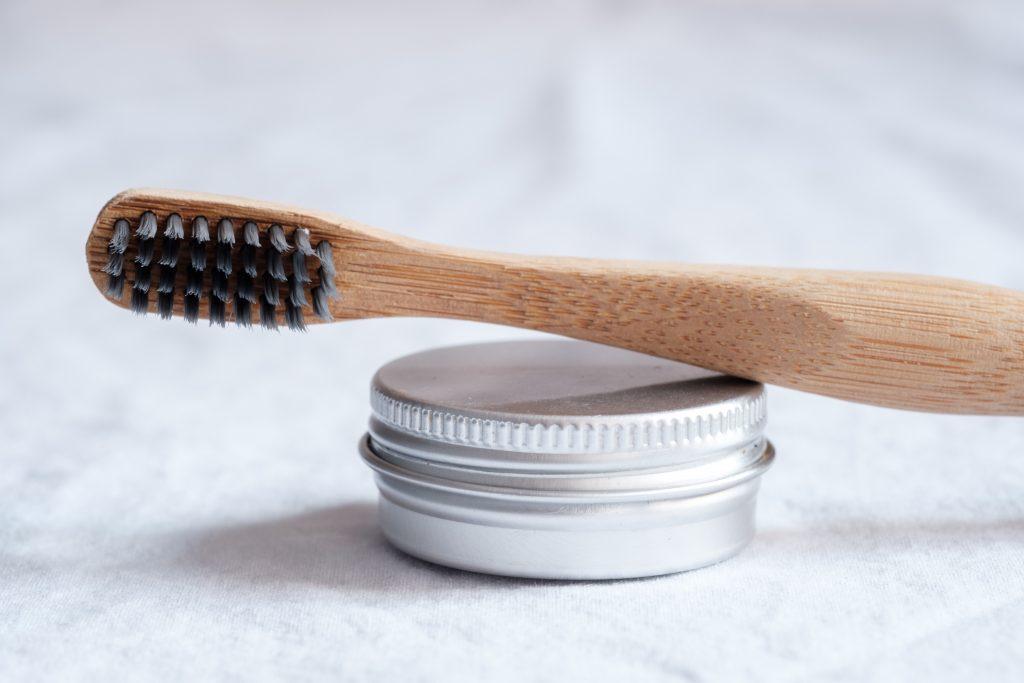 Dentifrice fait-maison et brosse à dent recyclable pour une salle de bain zéro-déchet.