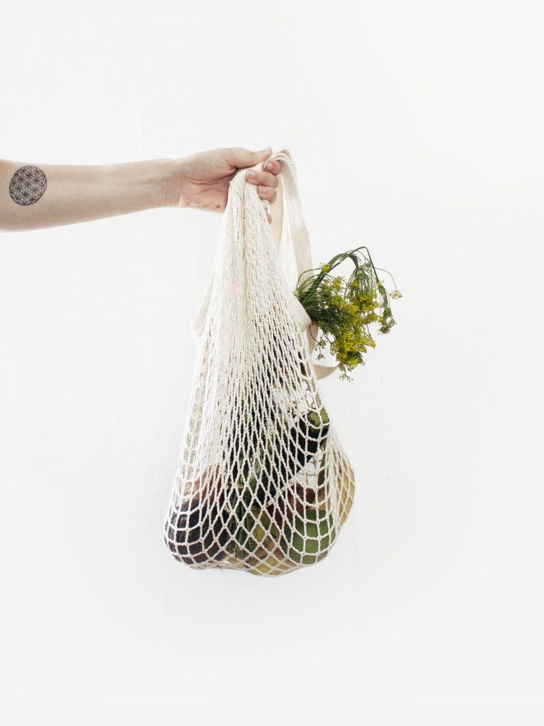 Sac en coton, tote-bag ou filet pour les fruits et légumes, démarche zéro-déchet.