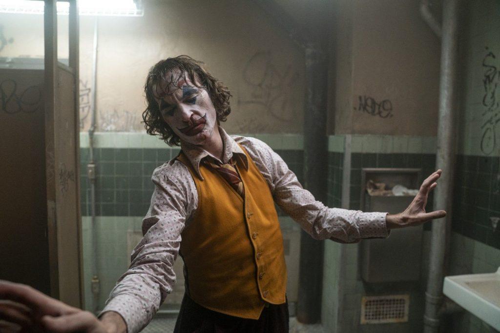 Arthur se met à danser après s'être isolé aux toilettes. Il est comme dans une sorte de transe.