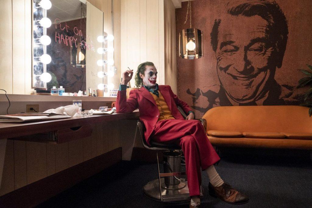 Arthur attend son entrée en scène dans la loge du « Murray Franklin Show ». Il est concentré et sérieux.
