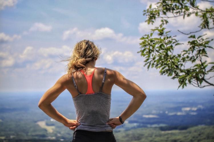 Une femme qui prend une pause dans sa séance de sport
