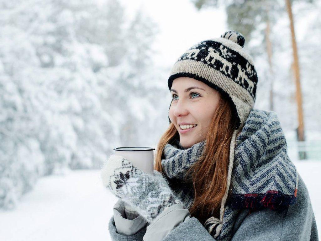 Une femme qui profite de l'hiver avec le sourire