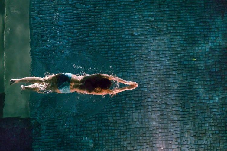 Une personne nage dans une piscine