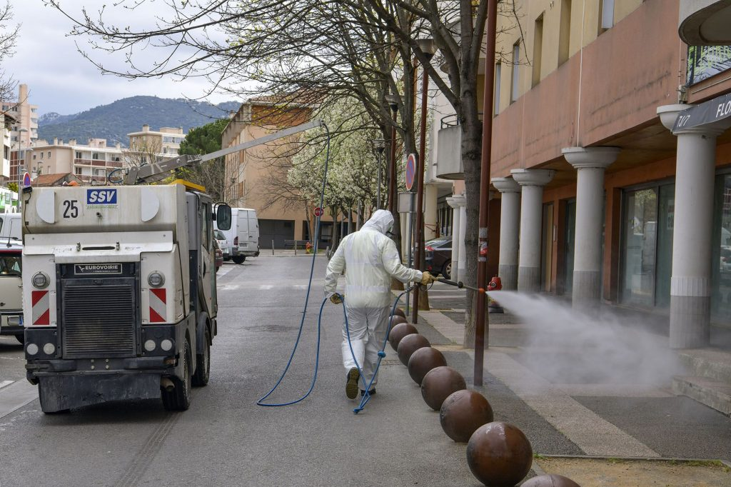 Agents minicipaux nettoyants les rues afin de lutter contre la propagation du virus.