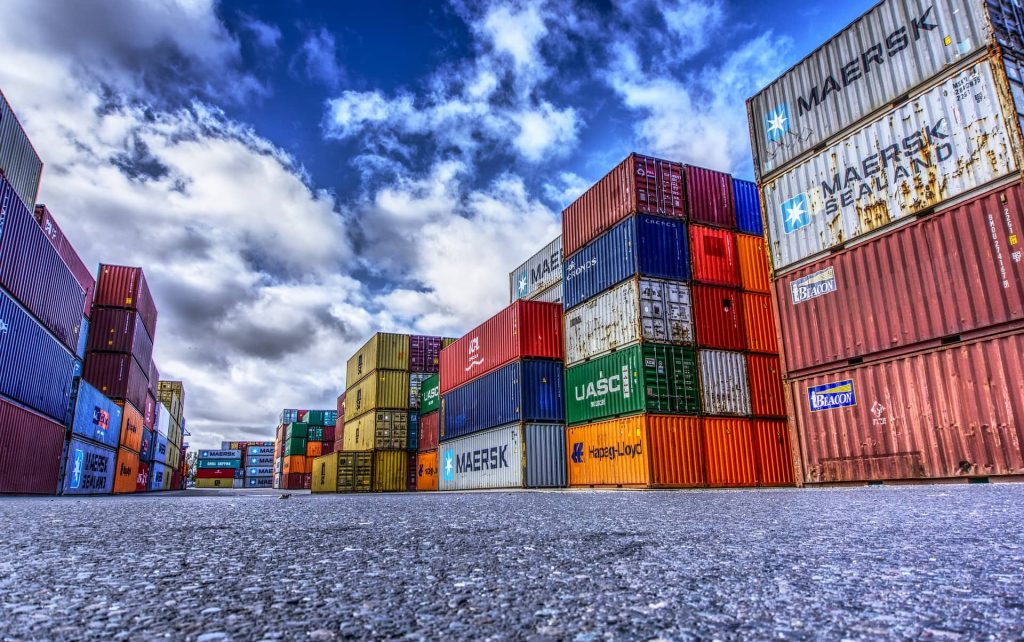 Plusieurs conteneurs portuaires empilés